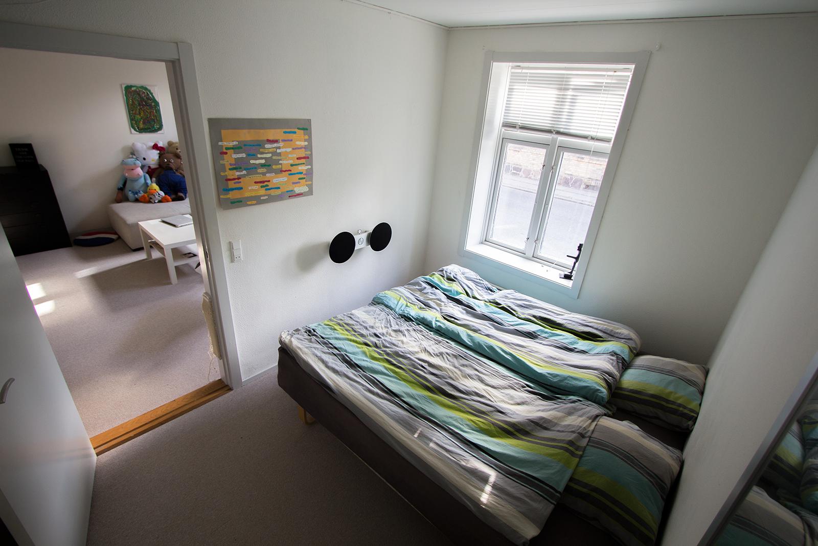 Soveværelse på cirka 10 m^2.